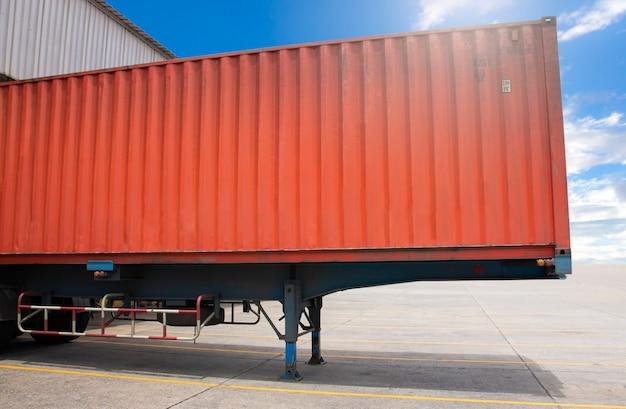 De vrachtwagen van de ladingaanhangwagen geparkeerde lading bij dokmagazijn