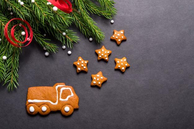De vrachtwagen van peperkoekkoekjes op zwarte achtergrond, kerstmisconcept dat wordt gevormd