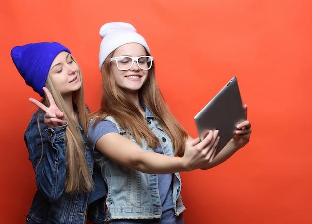 De vrienden die van hipstermeisjes selfie met digitale tablet, studio nemen