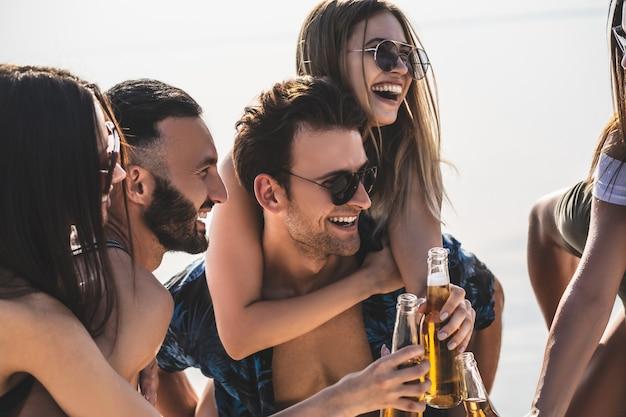 De vrienden rammelen flesjes bier buiten