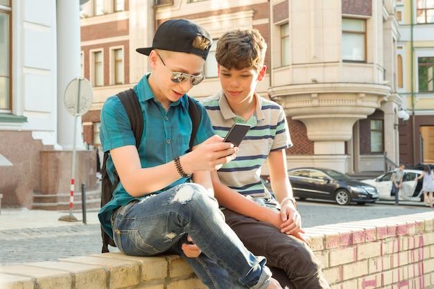 De vriendschap en communicatie van twee tienerjongens