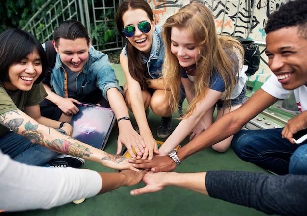 De vriendschapssamenhorigheid van mensen assembleert team unity concept