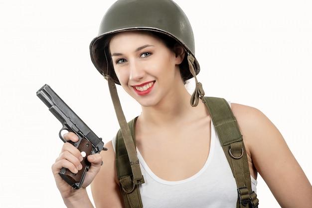 De vrij jonge vrouw kleedde zich in ww2 amerikaanse militaire eenvormig met