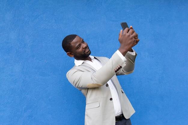 De vrolijke afrikaanse amerikaan neemt een selfie