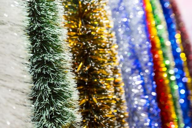 De vrolijke close-up van de kerstmisdecoratie, glanzend klatergoud, kerstmisdecor, nieuw jaar. winter vakantie feest