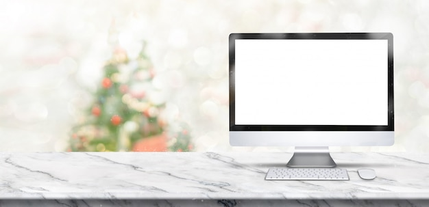 De vrolijke kerstmisbanner, bespot omhoog bureaucomputer op witte marmeren lijst met onduidelijk beeldkerstboom