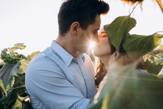 De vrolijke man en de zwangere vrouw koesteren elkaar teder status in het gebied