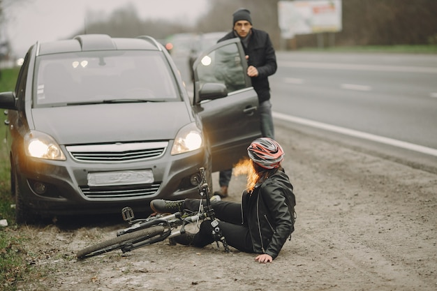 De vrouw botste tegen de auto.
