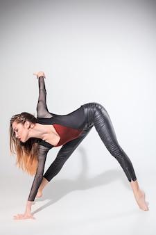 De vrouw danst