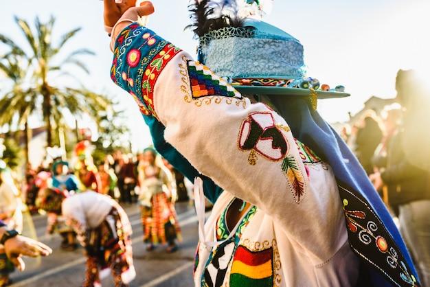 De vrouw die de boliviaanse volksdans de tinku uitvoert, kleedde zich in folkloristische en kleurrijke traditionele kleding