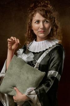 De vrouw die haar linkerkantholding kijken werpt hoofdkussen