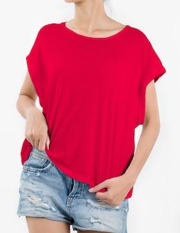 De vrouw die rode t-shirt draagt en scheurt jeans op wit kort