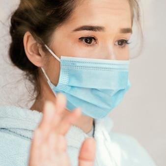 De vrouw die van de close-up gezichtsmasker draagt