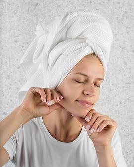 De vrouw die van de close-up handdoek draagt