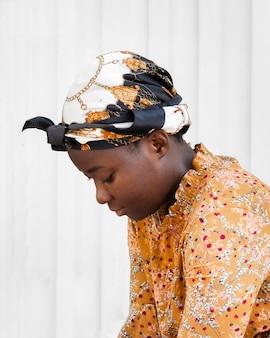 De vrouw die van de close-up hoofddoek draagt