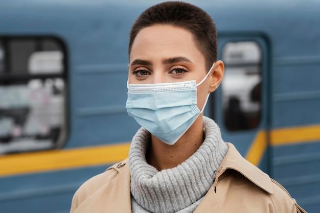 De vrouw die van de close-up masker draagt