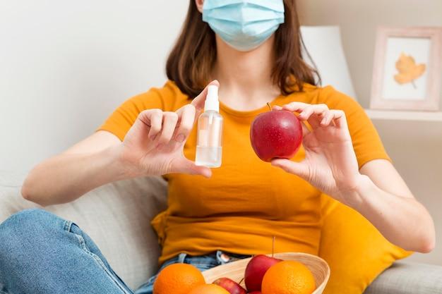 De vrouw die van de close-up vruchten desinfecteert