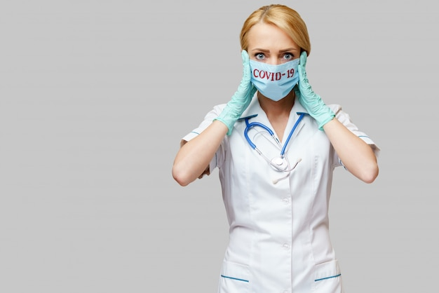 De vrouw die van de medische artsenverpleegster beschermend masker en rubber of latexhandschoenen dragen - hoofdpijn en spanning