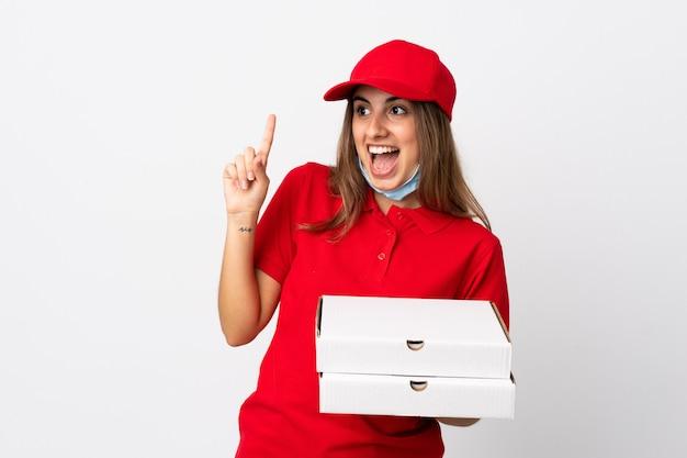 De vrouw die van de pizzakoerier een pizza houdt