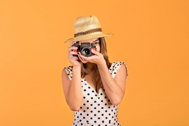 De vrouw die van vooraanzichtsmiley foto's neemt
