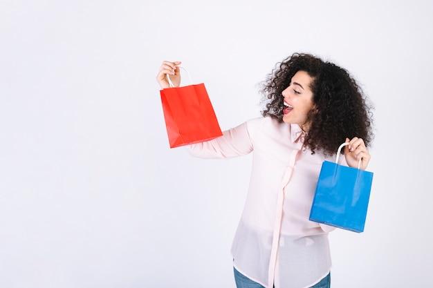 De vrouw die van yong papieren zakken bekijkt