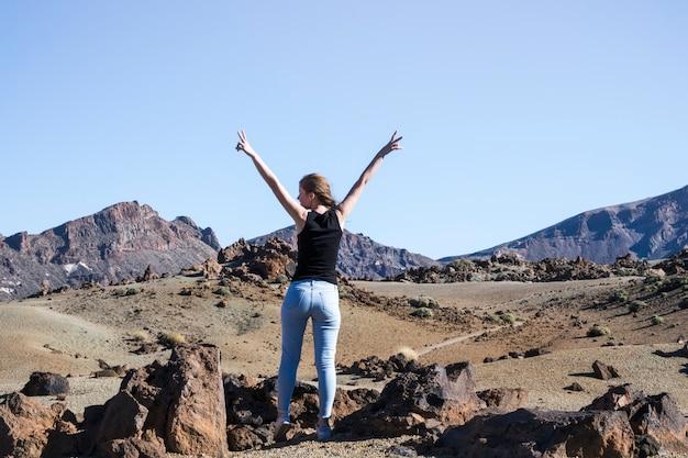 De vrouw die vredesteken tonen met dient lucht in