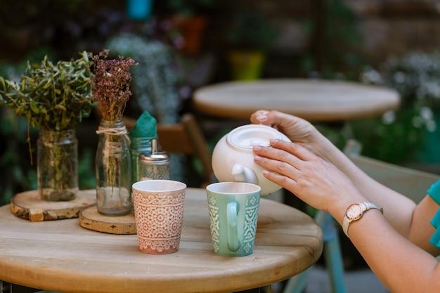 De vrouw drinkt thee in straatkoffie