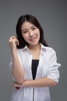 De vrouw droeg een wit shirt en stak haar rechterhand op.