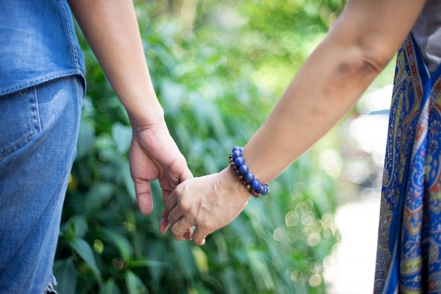 De vrouw en haar vriend overhandigen samen vinger