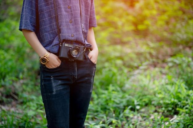 De vrouw en zijn geliefde camera reizen concept fotografie