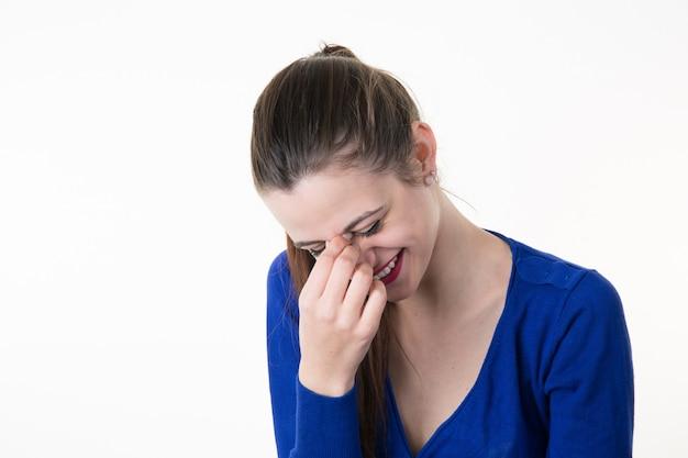 De vrouw giecheelt behandelend haar mond met geïsoleerde hand