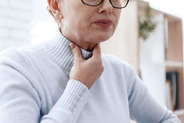De vrouw heeft een zere keel. ze heeft geen stem.