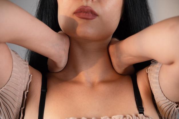 De vrouw heeft een zere keel