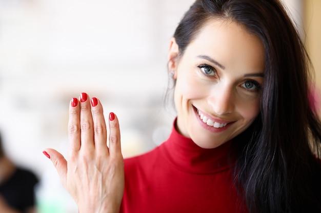 De vrouw heeft haar nagels vergroot en gecorrigeerd