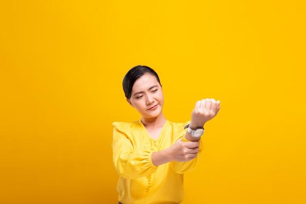 De vrouw heeft lichaamspijn die over muur wordt geïsoleerd