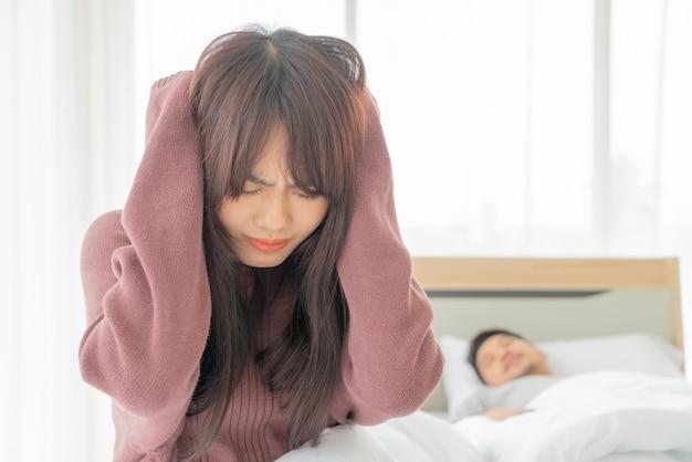 De vrouw heeft problemen met snurkende echtgenoot