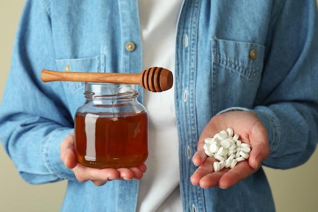 De vrouw houdt alternatieve geneeswijzen in handen