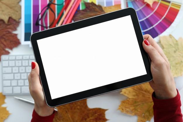 De vrouw houdt tablet over kleurenschema dicht tegen