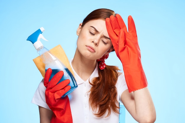 De vrouw houdt zich bezig met het reinigen en desinfecteren met rubberen handschoenen