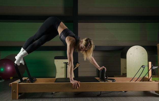 De vrouw houdt zich bezig met pilates. fitness en sport