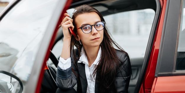 De vrouw in de auto