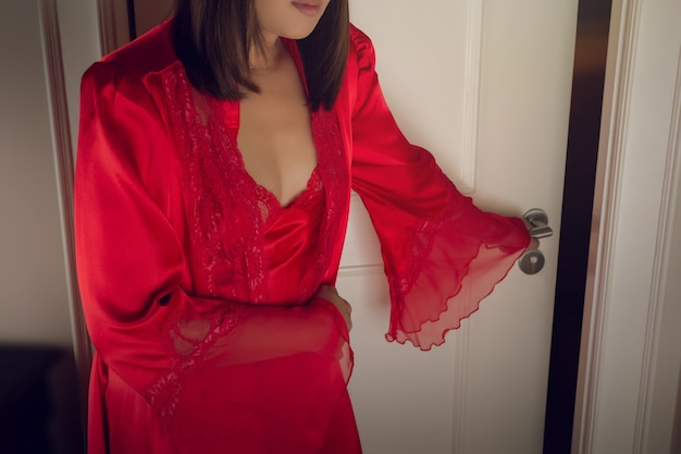 De vrouw in de rode zijden nachtjapon rechts op het toilet om middernacht aziatische mensen hebben buikpijn