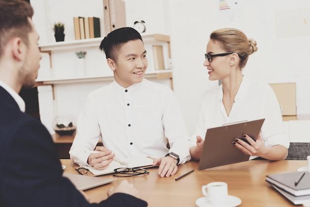 De vrouw interviewt nieuwe arbeider op kantoor.