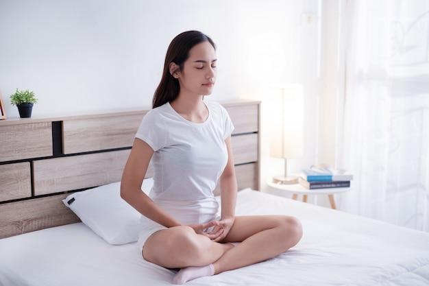 De vrouw is boeddhistisch bedelend vóór slaap