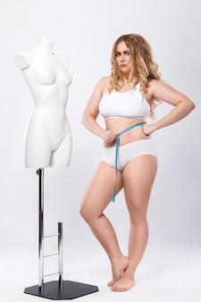 De vrouw is ongelukkig met haar vooruitgang van gewichtsverlies