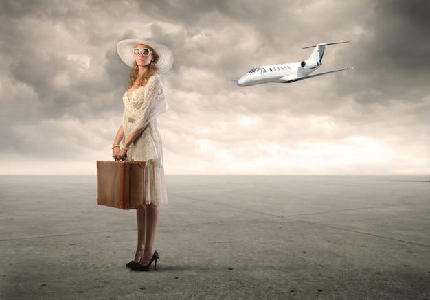 De vrouw is van plan met het vliegtuig te reizen