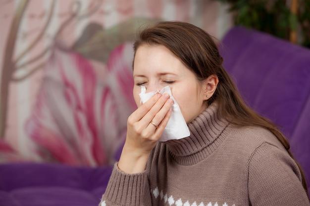 De vrouw is verkouden. zakdoek
