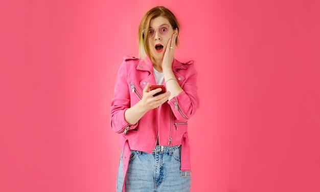 De vrouw keek naar haar mobiele telefoon en was erg verrast en geschokt