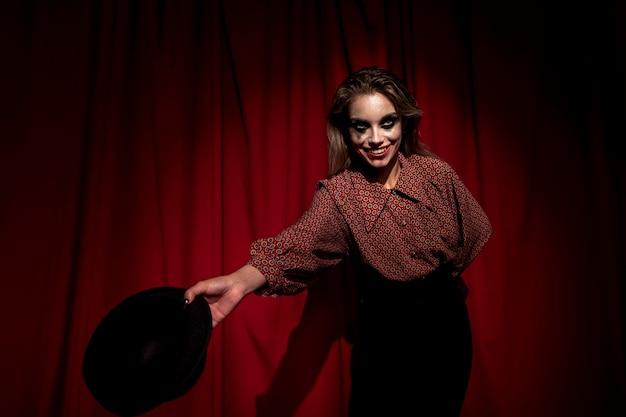De vrouw kleedde zich als clown die de show voorstelt