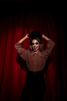 De vrouw kleedde zich als clown het stellen